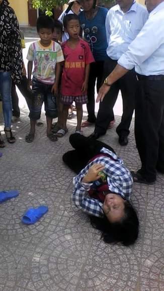 Mẹ của Peter Trần Sáng bị thằng cán bộ địa phương đá té xuống nền xi măng.